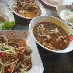 Photo taken at ร้านส้มตำภูไท by Piimm 💕 C. on 4/3/2015