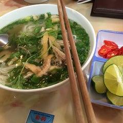 Photo taken at Phở 10 Lý Quốc Sư by Panna O. on 11/9/2015