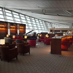 Photo taken at Asiana Airlines Business Lounge by Jeechull A. on 5/5/2013