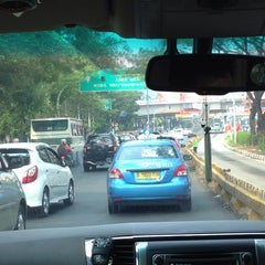 Photo taken at Perempatan Kuningan (Traffic Light) by Yunianto W. on 11/10/2015