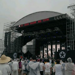 Photo taken at 2012 인천 펜타포트 락 페스티벌 (2012 Incheon Pentaport Rock Festival) by heejung n. on 8/12/2012
