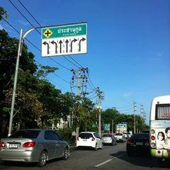 Photo taken at แยกประชานุกูล (Prachanukun Intersection) by Piya W. on 7/12/2011