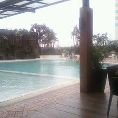 Photo taken at Menara Peninsula Hotel Jakarta by Arief H. on 5/31/2012