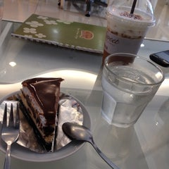 Photo taken at B's Sweet (บีส์สวีท) by Henry T. on 9/12/2014