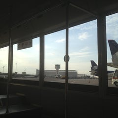 Photo taken at Sala/Gate 75 by Mario Alberto B. on 10/29/2012