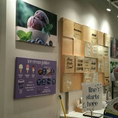 Photo taken at Ice Cream Jubilee by Tee H. on 8/17/2015