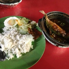 Photo taken at Asam Pedas Claypot by Shalbe B. on 6/8/2013