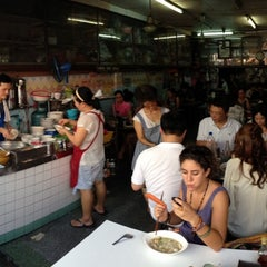 Photo taken at แซว ก๋วยเตี๋ยวหมู (Saew Noodle Shop) by Sira N. on 3/23/2013