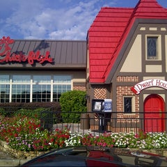 Photo taken at Chick-fil-A by BeerGeekATL E. on 8/21/2013