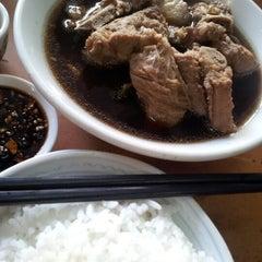 Photo taken at Restoran Hwa Mei 美华肉骨茶 by jasper o. on 10/16/2012