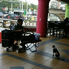 Photo taken at Plaza Larkin by Are-Pis P. on 8/30/2015