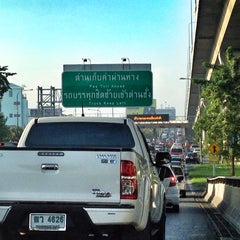 Photo taken at ด่านฯ แจ้งวัฒนะ (Chaeng Watthana Toll Plaza) by Rathapol S. on 11/10/2014