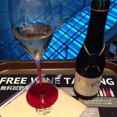 Photo taken at ワールド・ワインバー by ピーロート(World Wine Bar by Pieroth) 羽田空港店 by Yoshihiro M. on 8/29/2014