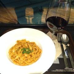 Photo taken at ワールド・ワインバー by ピーロート(World Wine Bar by Pieroth) 羽田空港店 by Yoshihiro M. on 9/19/2014