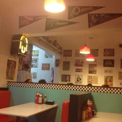 Photo taken at Sam's Burger by Elisandra A. on 10/22/2012