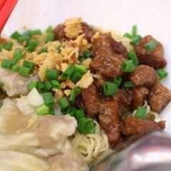 Photo taken at นายเม้งบะหมี่ปู เกี๊ยวกุ้งยักษ์ (Meng Noodle) by มาร์ก ส. on 9/13/2015