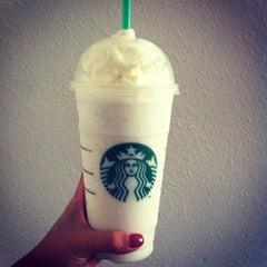 Foto tirada no(a) Starbucks por Chau B. em 5/15/2013