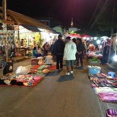 Photo taken at ถนนคนเดิน แม่ฮ่องสอน by Thidarat W. on 12/26/2012