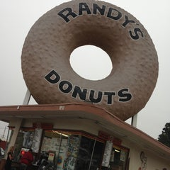 Photo taken at Randy's Donuts by Carolina Natalie M. on 4/29/2013