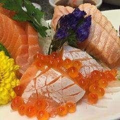 Photo taken at Heiroku Sushi (เฮโรคุ ซูชิ) by mzee n. on 12/28/2014