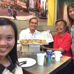 Photo taken at Yellow Cab Pizza Co. by Arselyn P. on 4/29/2015
