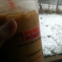 Photo taken at Dunkin' Donuts by Rosalee L. on 3/20/2015