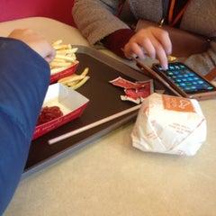 Photo taken at 에버랜드 Burger Cafe America by Hyung Jun L. on 1/20/2013