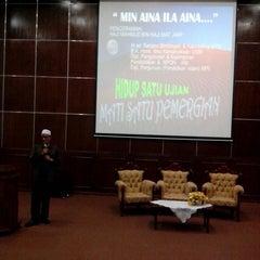 Photo taken at Auditorium Perpustakaan Sultanah Nur Zahirah, UMT by zue s. on 4/26/2014