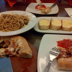 Photo taken at Pizza Hut by fadjari a. on 9/7/2013