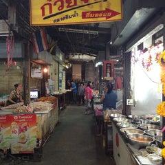 Photo taken at ตลาดบ้านแพ้ว by Wivil W. on 3/27/2014