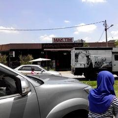 Photo taken at Mak Tim - Sajian Asli Warisan Johor by Hasmadi M. on 5/25/2014