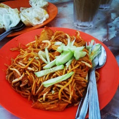 Photo taken at Tanjung Mee Goreng 顺兴茶餐室 by Zaiqi T. on 8/3/2013