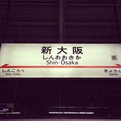 Photo taken at JR新大阪駅 21-22番ホーム by Kataoka M. on 12/28/2012