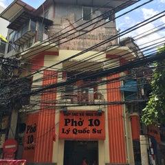 Photo taken at Phở 10 Lý Quốc Sư by 振飛 朱. on 5/23/2015