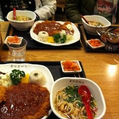 Photo taken at 홍익돈까스 by 귀여운 짐승 on 11/2/2012