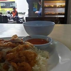 Photo taken at ข้าวมันไก่รุ่งแสง by Som R. on 6/5/2014