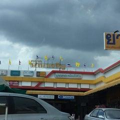Photo taken at ตลาดนานาเจริญ by lookpooh w. on 8/7/2015