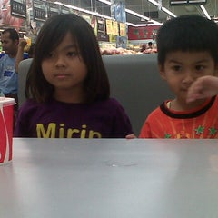 Photo taken at Giant by Winny S. on 9/25/2013