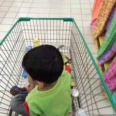 Photo taken at Giant Hypermarket by Roy I. on 10/24/2015