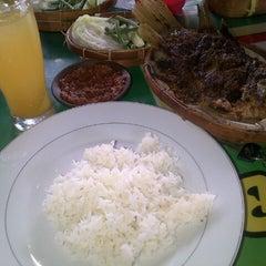 Photo taken at Rumah Makan Prima spesial kepiting Comal by Vhieya N. on 11/16/2013