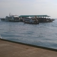 Photo taken at ท่าเทียบเรือหน้าเกาะหลีเป๊ะ by Darley S. on 5/3/2014