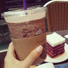 Photo taken at The Coffee Bean & Tea Leaf by Joohong L. on 7/2/2014