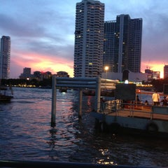 Photo taken at ท่าเรือสาทร (ตากสิน) Sathorn (Taksin) Pier CEN by Sarayut W. on 5/10/2013