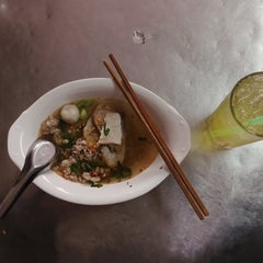 Photo taken at แซว ก๋วยเตี๋ยวหมู (Saew Noodle Shop) by Nathawat B. on 9/13/2015