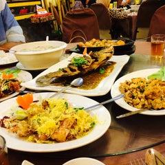 Photo taken at New Horizon Garden Restaurant by Yuyu K. on 5/8/2015