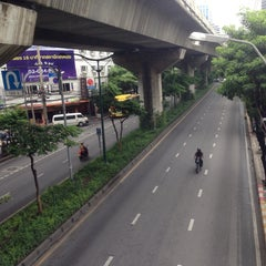 Photo taken at ถนนสุขุมวิท (Sukhumvit Road) by Gigky J. on 10/6/2015