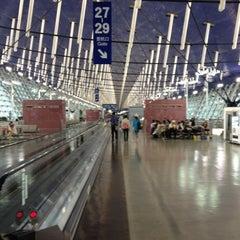 Photo taken at 上海浦东国际机场1号航站楼 T1 Shanghai Pudong Int'l Airport by Yuuki K. on 5/14/2012
