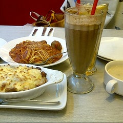 Photo taken at Pizza Hut by Lia on 7/4/2014