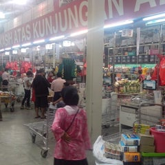 Photo taken at LotteMart Wholesale by Aldho R. on 4/27/2014