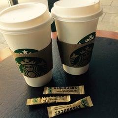 Das Foto wurde bei Starbucks von Victoria P. am 5/9/2016 aufgenommen